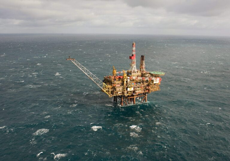 epa02865449 (FILES) A file photo, taken in March 2009 and provided by Royal Dutch Shell of the  Gannet Alpha platform in the North Sea.  A leak has been discovered on the platform owned by Royal Dutch Shell who say 13 August 2011 it was working to repair the leak which was found in a flow line connecting an oil well to the alpha platform.A clean up vessel and spotter plane have been sent to the site 112 miles east of Aberdeen, Scotland  EPA/ROYAL DUTCH SHELL HO
